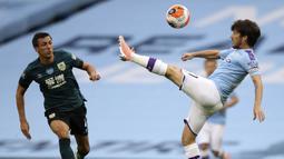 Pemain Manchester City, David Silva, mengontrol bola saat melawan Burnley pada laga Premier League di Stadion Etihad, Senin (22/6/2020). Manchester City menang 5-0 atas Burnley. (AP/Shaun Botterill)