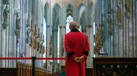 Staf pengawas (disebut Domschweizer) berdiri di dalam katedral Cologne, Jerman, Selasa (17/3/2020). Wabah virus corona COVID-19 yang merebak di Eropa saat ini berimbas pada tingkat kunjungan wisatawan ke Katedral Cologne yang kini sepi pengunjung. (Photo by Ina FASSBENDER / AFP)