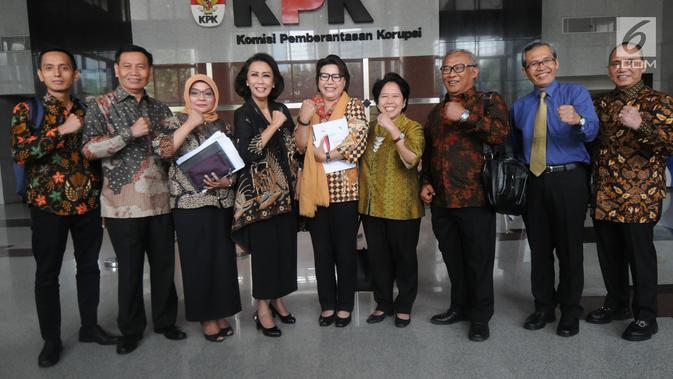 Ketua Pansel Calon Pimpinan KPK Yenti Ganarsih (empat kiri) bersama anggota lainnya dan Wakil Ketua KPK Basaria Panjaitan (tengah) foto bersama usai menggelar pertemuan di Gedung KPK, Jakarta, Rabu (12/06/2019). (merdeka.com/Dwi Narwoko)
