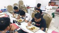 Sejumlah pelajar, dua di antaranya bocah SD makan lahap setelah kelaparan dan terlunta di Jakut. (dok Polres Jakut)