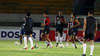 Pemain PSM saat uji lapangan di Stadion Demang Lehman, Martapura (10/12/2019). (Bola.com/Abdi Satria)