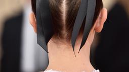 """Detail rambut Millie Bobby Brown saat menghadiri karpet merah Screen Actors Guild (SAG) Awards di Los Angeles, Minggu (21/1). Millie menata rambut dengan dua """"gundukan"""" di atas kepala membuat gayanya terkesan playful. (Frazer Harrison/GETTY IMAGES/AFP)"""