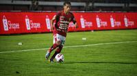 Gelandang Bali United M. Sidik Saimima saat bermain menghadapi Persita Tangerang di pekan perdana Liga 1 2020 di Stadion Kapten I Wayan Dipta. (Maheswara Putra/Bola.com)