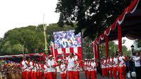 Presiden Jokowi membawa obor Asian Games 2018 di Istana Kepresidenan. (Merdeka.com)