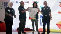 Direktur Hubungan Kelembagaan BNI Adi Sulistyowati (Kedua Kanan) menerima secara simbolis jersey BNI ITB Ultra Marathon dari Ketua  Panitia BNI ITB Ultra Marathon Gatot Sudariyono (Kedua Kiri) di Jakarta, Senin (17 September 2018). Penyerahan tersebut dis