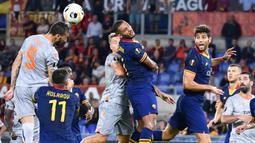 Gelandang Istanbul Basaksehir, Mehmet Topal, menyundul bola saat melawan AS Roma pada laga Europa League di Stadion Olimpico, Roma, Kamis (19/9). Roma menang 4-0 atas Istanbul. (AFP/Alberto Pizzoli)