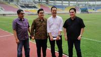 Erick Thohir (kedua dari kiri) bersama pengurus klub Persis Solo meninjau Stadion Manahan, Sabtu (21/9/2019). (Bola.com/Vincentius Atmaja)