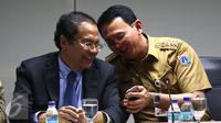 Menko Kemaritiman & Sumber Daya, Rizal Ramli dan Gubernur DKI Jakarta, Ahok jelang mengumumkan hasil rapat Reklamasi Teluk Jakarta, Senin (18/4). Untuk sementara proyek Reklamasi Teluk Jakarta dihentikan. (Liputan6.com/Angga Yuniar)