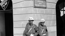 Dua tentara polisi militer AS berpatroli di Champs Elysees Avenue, pada November 1944 di Paris. (AFP Photo)