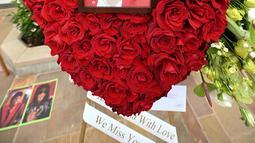 Foto dan bunga diletakkan di luar tempat peristirahatan terakhir Michael Jackson di mausoleum Holly di Terrace Forest Lawn Cemetery, California, Selasa (25/6/2019). Tepat pada hari ini sepuluh tahun yang lalu berita kematian King of Pop Michael Jackson sempat mengguncang dunia. (Robyn Beck/AFP)