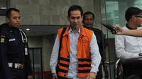 Wawan diperiksa dalam kasus pencucian uang yang merupakan pengembangan kasus korupsi pengadaan alat kesehatan di Puskemas Tangerang Selatan, Senin (8/12/2014). (Liputan6.com/Herman Zakharia)
