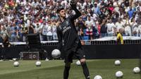 Kiper baru Real Madrid, Thibaut Courtois, melempar bola saat diperkenalkan di Stadion Santiago Bernabeu, Madrid, Kamis (9/8/2018). Pemain berusia 26 tahun pindah setelah empat musim terakhir jadi kiper utama Chelsea. (AP/Andrea Comas)