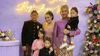 Momen Perayaan Anniversary Ke-9 Ayu Dewi dan Regi Datau, Nostalgia Pakai Baju Nikah. (Sumber: Instagram/mrsayudewi)