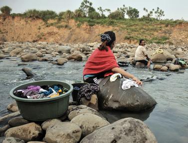 FOTO: Warga Manfaatkan Aliran Sungai Cipamingkis