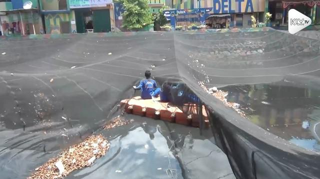 Pemprov DKI akhirnya melepas waring yang terpasang di Kali Item. Saat dilepas, tumpukan sampah ditemukan dalam waring Kali Item.