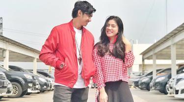 Gaya busana mereka selalu kompak. Caesar tampil kece saat memakai jaket merah dan kaus putih serta Felicya tampil menawan dengan kemeja flanel kotak-kotak yang berwarna senada. (Liputan6.com/IG/@hitocaesar)