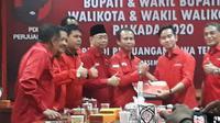 Gibran menyerahkan berkas pendaftaran Walkot Solo di DPD PDIP Jateng. (Foto: Liputan6.com/Felek Wahyu)