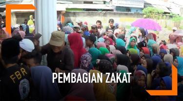 Ratusan orang dewasa dan anak-anak berdesak-desakan saat terima zakat dari seorang pengusaha di Bekasi, Jawa Barat. Kondisi ini membuat petugas sempat kewalahan.