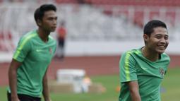 Pemain Timnas Indonesia, Evan Dimas, tertawa saat latihan di SUGBK, Jakarta, Sabtu (24/11). Latihan ini persiapan jelang laga Piala AFF 2018 melawan Filipina. (Bola.com/Vitalis Yogi Trisna)