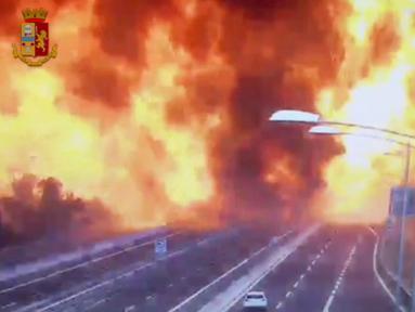 Ledakan truk tangki pembawa bahan mudah terbakar menimbulkan api yang besar dan asap hitam di jalan raya dekat kota Bologna, Italia, Senin (6/8). Peristiwa itu menewaskan dua orang dan menyebabkan  sedikitnya 70 orang cedera. (Italian Police video via AP)