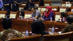 Terpidana kasus pelanggaran UU ITE sekaligus korban pelecehan seksual Baiq Nuril berbicara dalam rapat pleno Komisi III DPR di Gedung Nusantara III, Jakarta, Rabu (23/7/2019). Dalam rapat itu, Baiq Nuril berharap DPR menyetujui permohonan amnestinya. (Liputan6.com/JohanTallo)