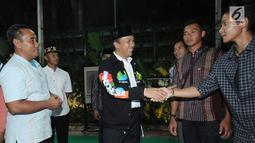 Menpora Imam Nahrawi (tengah) menyalami salah satu atlet usai buka puasa bersama di Jakarta, Senin (28/5). Acara tersebut dihadiri atlet pelatnas Asian Games 2018 dan para mantan atlet peraih medali. (Liputan6.com/Helmi Fithriansyah)