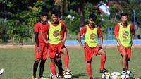 Pemain Persis Solo dalam sesi latihan di lapangan AURI, Colomadu, Karanganyar, Senin (15/4/2019). (Bola.com/Vincentius Atmaja)
