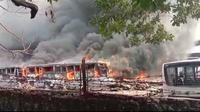 Bangkai bus transjakarta di pol Pondok Cabe ludes terbakar. (Liputan6.com/Pramita Tristiawati)