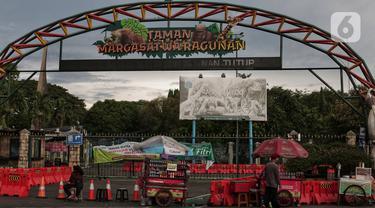 Susana pintu depan Ragunan yang tutup di Jakarta, Senin (25/5/2020). Pada musim libur lebaran Taman Margasatwa Ragunan yang biasa ramai pengunjung masih tutup karena masih dalam masa pemberlakuan Pembatasan Sosial Berskala Besar (PSBB). (Liputan6.com/Johan Tallo)