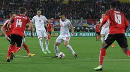 Gelandang Serbia, Dusan Tadic, berusaha lepas dari kepungan pemain Austria pada laga kualifikasi Piala Dunia 2018 di Stadion Ernst Happe, Wina, Jumat (6/10/2017). Austria menang 3-2 atas Serbia. (Bola.com/Reza Khomaini)