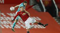 Gelandang Liverpool, James Milner, duel udara dengan gelandang Manchester United, Donny van der Beek, pada laga Piala FA di Stadion Old Trafford, Minggu (24/1/2021). MU menang dengan skor 3-2. (Phil Noble/Pool via AP)