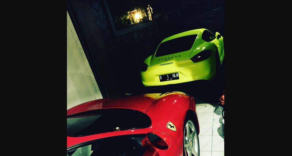 Foto Pemilik PT SBL, Aom Juang Wibowo, dan mobil sport mewah beredar di media sosial. (Facebook Aom Juang)