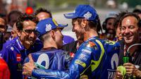 Ekspresi pembalap Movistar Yamaha, Valentino Rossi (kanan), dan rekan setimnya, Maverick Vinales, setelah kualifikasi MotoGP Italia, di Sirkuit Mugello, Minggu (3/6/2018). (Twitter/Yamaha MotiGP)