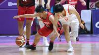 Pebasket putri Indonesia, Nathania Claresta Orville (kiri) berebut bola dengan pemain China, Wang Lii pada perempat final Basket 5x5 putri Asian Games 2018 di Hall A GBK, Jakarta, Minggu (26/8). Indonesia kalah 141-37. (Liputan6.com/Helmi Fithriansyah)