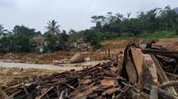 Banjir bandang di Kampung Seruduk, Desa Wangunjaya, Kecamatan Leuwisadeng, Kabupaten Bogor. (Liputan6.com/Achmad Sudarno)
