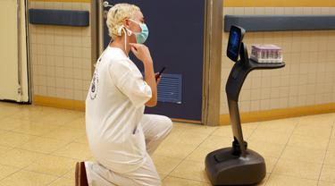 Petugas medis Israel menguji sebuah robot Temi di Sheba Medical Center dekat Tel Aviv, Israel, (12/5/2020). Robot Temi ini yang dikembangkan oleh sebuah perusahaan Israel. (Xinhua/Gil Cohen Magen)