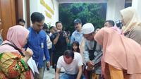 Sejumlah orangtua, keluarga hingga kerabat mahasiswa Universitas Negeri Surabaya (Unesa) bersiap menyambut kedatangan mahasiswa yang menjalani masa observasi di Natuna, Kepulauan Riau. (Foto: Liputan6.com/Dian Kurniawan)