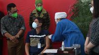 Wali Kota Malang, Sutiaji dan peserta vaksinasi Covid-19 yang digelar pelaku industri jasa keuangan di kota itu pada Sabtu, 24 Juli 2021 (Humas Pemkot Malang)