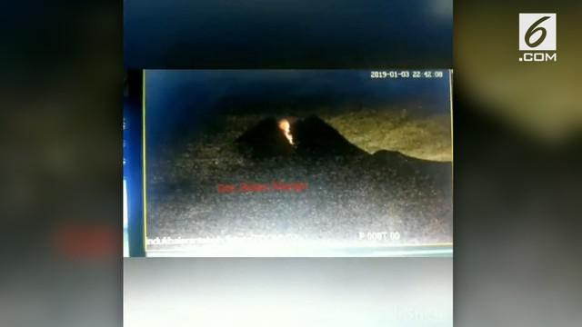 Gunung Merapi keluarkan lava pijar dengan jarak yang lebih jauh dari biasanya. Namun, kondisi ini tetap membuat warga tetap beraktivitas seperti biasa.
