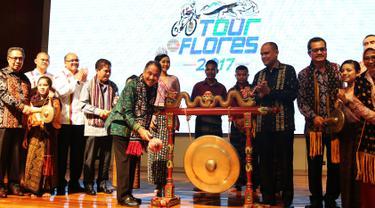 Menteri Pariwisata Arief Yahya memukul gong sebagai tanda diluncurkannya Tour de Flores 2017 di Jakarta, Rabu (5/7). Ajang balap sepeda internasional itu akan diikuti 20 tim terdiri dari 16 tim internasional dan 4 tim nasional (Liputan6.com/Angga Yuniar)