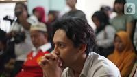 Aktor Jefri Nichol mendengarkan pembacaan tuntutan saat mengikuti sidang lanjutan di Pengadilan Negeri Jakarta Selatan, Senin (21/10/2019).  Dalam persidangan tersebut, Jefri Nichol dituntut jaksa 10 bulan penjara dikurangi masa penahanan. (Liputan6.com/Immanuel Antonius)