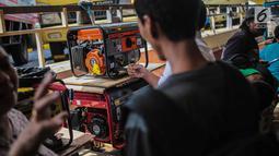 Pembeli memeriksa genset yang dijual di sebuah pusat peralatan teknik, kawasan Glodok, Jakarta, Senin (5/8/2019). Imbas padamnya listrik, toko genset di kawasan Glodok ramai diserbu warga yang membutuhkan penerangan di rumah mereka. (Liputan6.com/Faizal Fanani)