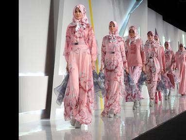 Sejumlah model memperagakan busana rancangan Itang Yunaz pada ajang Indonesia Fashion Week 2015 di JCC Senayan, Jakarta, Sabtu (27/2/2015). (Liputan6.com/Panji Diksana)