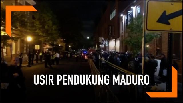 Pihak kepolisian menyerahkan surat pemberitahuan pengusiran kepada aktivis Pro-Maduro. Para aktivis tersebut telah menetap selama sebulan di Kedutaan Besar Venezuela di Washington.