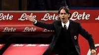 Allenatore AC MIlan Filippo Inzaghi memberikan instruksi kepada pemainnya dalam Derby Della Madonnina Semalam, Senin (20/04/2015)