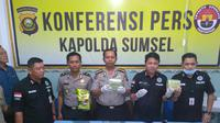 Polda Sumsel menunjukkan barang bukti narkoba yang diamankan dari tangan bandar narkoba Darmizon (Liputan6.com / Nefri Inge)