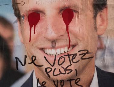 Aksi Vandalisme Serang Poster Capres di Prancis-AFP-20170503