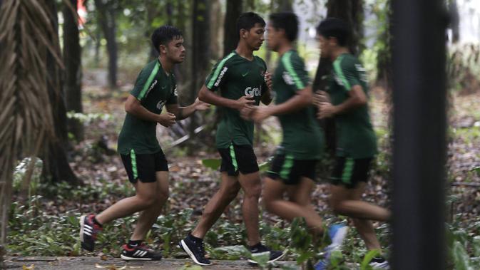 Pemain Timnas Indonesia U-23, T.M Ichsan dan Mahir Radja, berlari saat latihan fisik di Bukit Senayan, Jakarta, Rabu (6/3). Latihan ini merupakan persiapan jelang kualifikasi Piala AFC U-23. (Bola.com/Yoppy Renato)