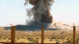 Ledakan sisa-sisa bahan peledak di Al-Hira, sekitar 65 km sebelah barat daya Tripoli, Libya (22/7/2020). Kementerian Pertahanan Libya dari pemerintahan yang didukung PBB pada Rabu (22/7) menghancurkan bahan peledak sisa perang dari berbagai daerah konflik di Tripoli selatan. (Xinhua/Hamza Turkia)