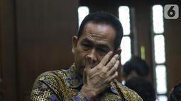 Tubagus Chaeri Wardana jelang menjalani sidang dakwaan kasus dugaan korupsi terkait pengadaan alat kesehatan di Pemprov Banten dan Pemkot Tangerang Selatan serta Tindak Pidana Pencucian Uang di Pengadilan Tipikor, Jakarta, Kamis (31/10/2019). (Liputan6.com/Helmi Fithriansyah)